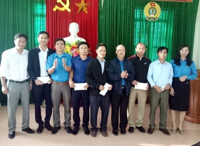 LĐLĐ huyện Vũ Quang trao quà cho 5 giáo viên phải biệt phái xa nhà