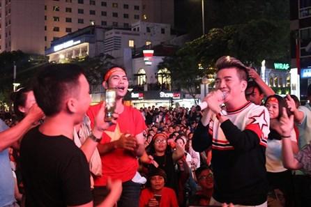 Đàm Vĩnh Hưng bất ngờ xuất hiện tại phố đi bộ cổ vũ đội tuyển Việt Nam