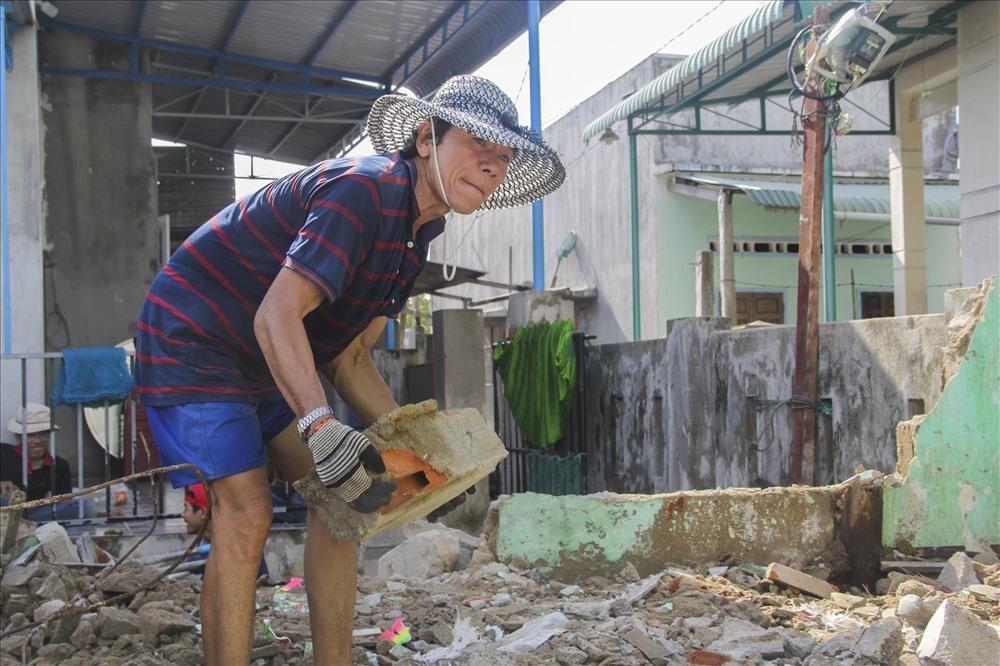 Vợ chồng bà Trang có hoàn cảnh khó khăn, chồng đi biển cùng con trai nhưng thu nhập thì không đánh bao nhiêu. Chỉ có ngôi nhà được ba mẹ để lại giờ cũng bị sập do bão.