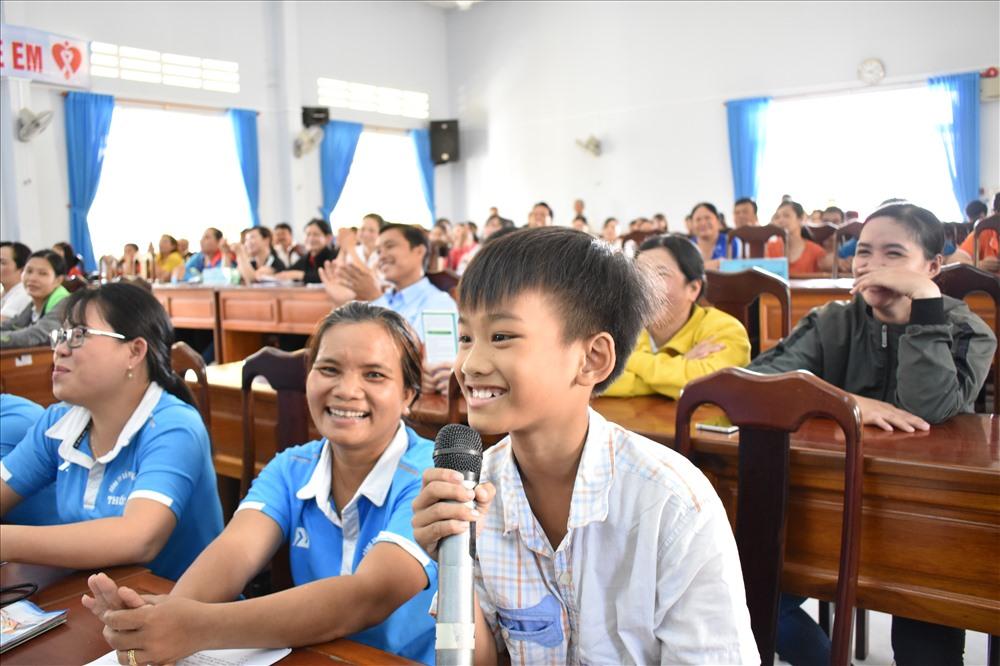 Trẻ em cũng tham gia trả lời câu hỏi về kiến thức pháp luật. Ảnh: Thành Nhân.