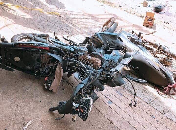 Chiếc xe máy bị nạn biến dạng. Ảnh: AX