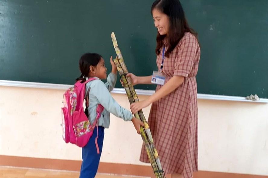 Cây mía nhà trồng được của San gửi tặng cô giáo Ngọc. Ảnh: GV.