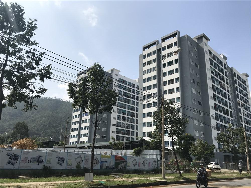 Nhiều hộ dân sống ở tầng 12 ở hai khu chung cư E1 và E2 ở gần khu công nghiệp Hòa Khánh (quận Liên Chiểu, TP.Đà Nẵng) đều cùng chung tâm trạng bức xúc, lo lắng vì những căn hộ của mình bị thấm dột, rò rỉ điện vào những ngày mưa. Ảnh: B.T