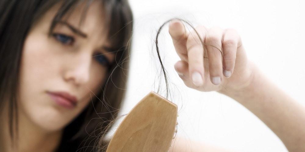 Gãy rụng tóc cũng có thể hạn chế bằng việc bổ sung Vitamin C. Ảnh: T. L.