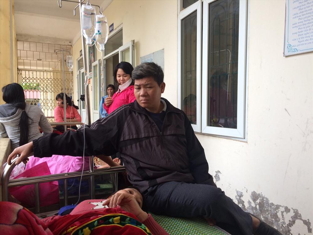 Công nhân Công ty Giày Lập Thạch đang điều trị tại Trung tâm Y tế huyện Lập Thạch chiều 21.11. Ảnh: PV