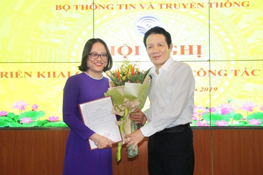 Thứ trưởng Bộ TTTT Hoàng Vĩnh Bảo trao quyết định bổ nhiệm Phó Cục trưởng Cục Báo chí cho bà Mai Hương Giang. Ảnh Bộ TTTT