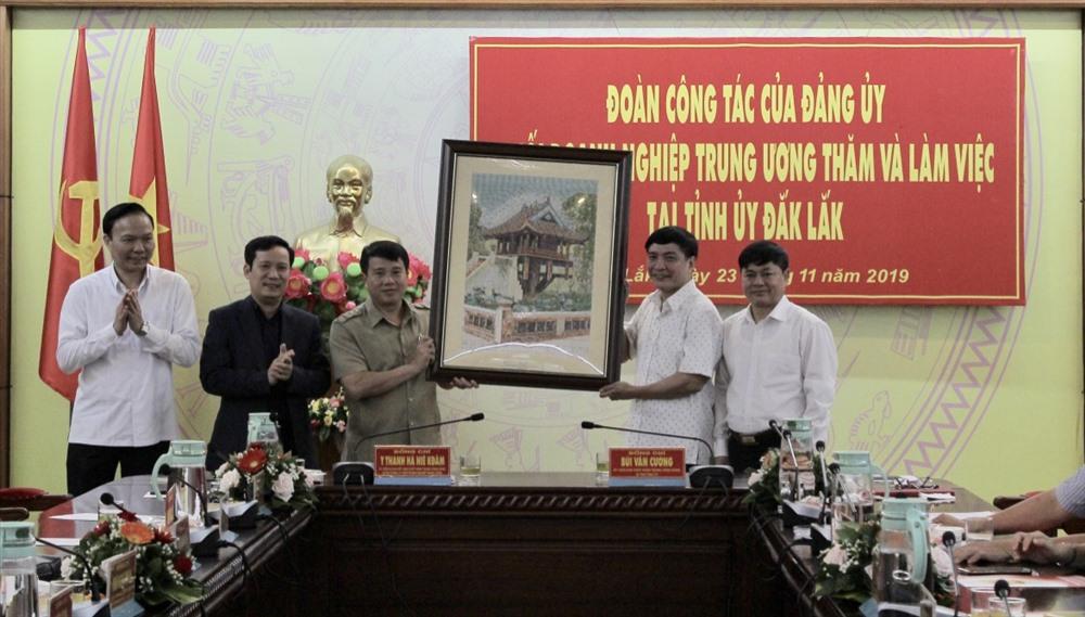 Đảng ủy Khối Doanh nghiệp Trung ương trao tặng quà lưu niệm đến Tỉnh ủy Đắk Lắk.Ảnh: HL