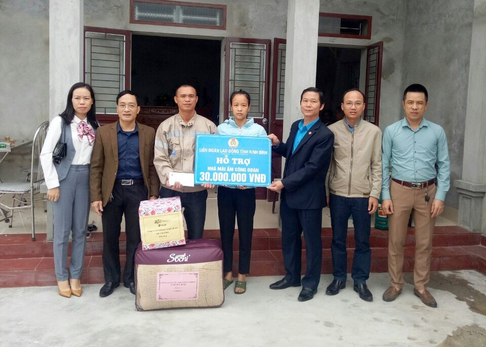 Đại diện lãnh đạo LĐLĐ tỉnh Ninh Bình trao tiền hỗ trợ cho gia đình anh Nguyễn Trung Kiên. Ảnh: NT