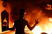Người biểu tình Iraq giận dữ thiêu rụi lãnh sự quán Iran