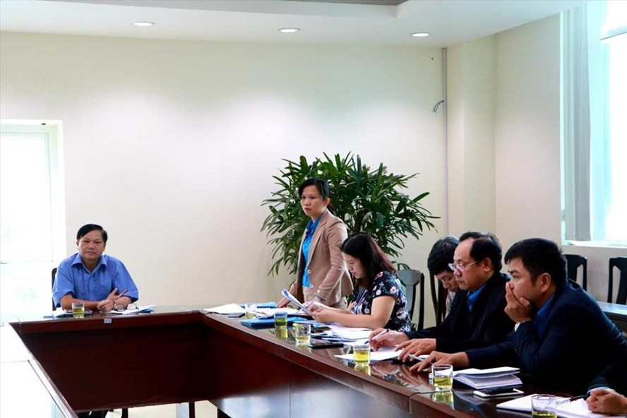 Bà Hoàng Thị Như Thanh - Chủ tịch LĐLĐ TP.Huế - phổ biến Luật Công đoàn cho đại diện các doanh nghiệp nợ kinh phí Công đoàn. Ảnh: PV