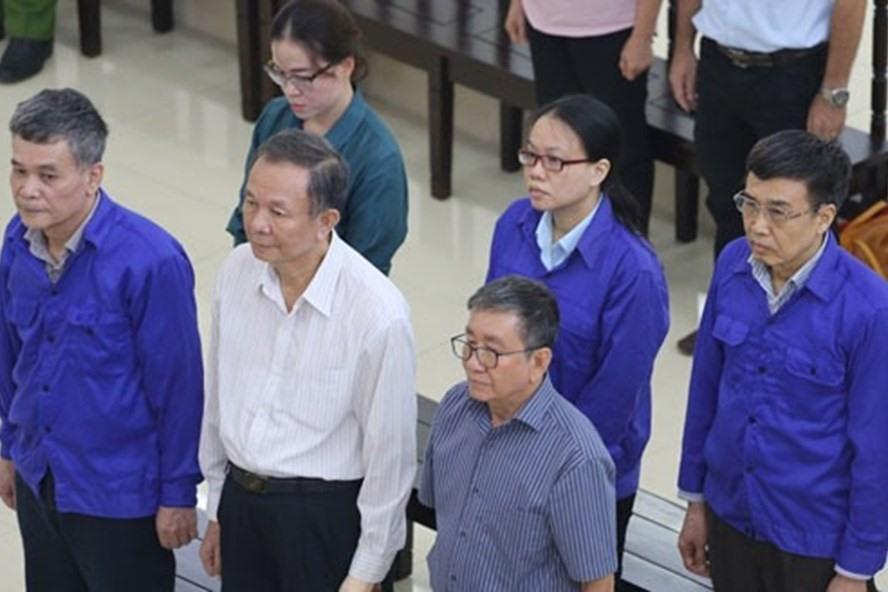 Lê Bạch Hồng (áo xanh, ngoài cùng bên phải) bị tuyên án 6 năm tù.