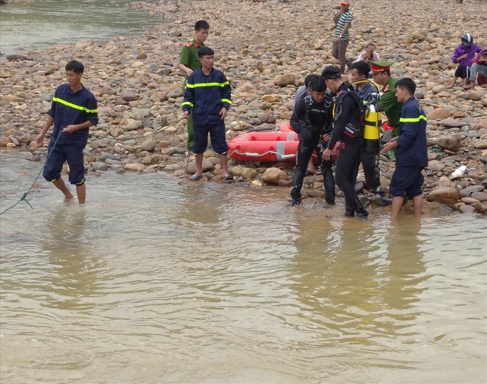 Lực lượng Phòng Cảnh sát phòng cháy chữa cháy và cứu hộ Công an tỉnh Quảng Trị tổ chức lặn tìm nạn nhân. Ảnh: Văn Liêm.