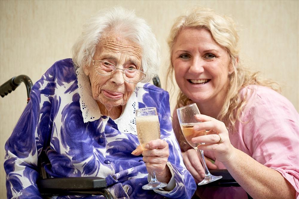 Cụ bà Dorothy Flowers chúc mừng sinh nhật 108 tuổi của mình với rượu sâm banh ưa thích. Ảnh: SWNS