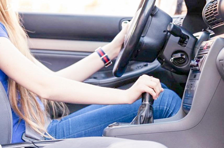 Thói quen đặt tay lên cần số có thể gây hại cho xe ôtô. Ảnh BD.