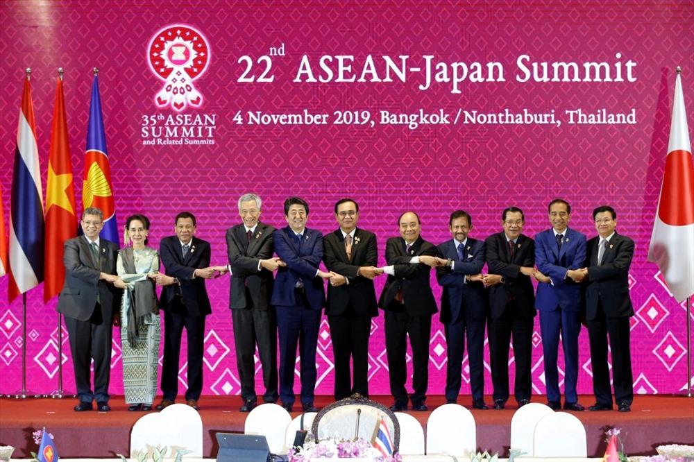 Thủ tướng Nguyễn Xuân Phúc và Thủ tướng Abe Shinzo cùng các nhà lãnh đạo ASEAN dự Hội nghị Cấp cao ASEAN - Nhật Bản tại Thái Lan hôm 4.11. Ảnh: Asean2019.go.th.