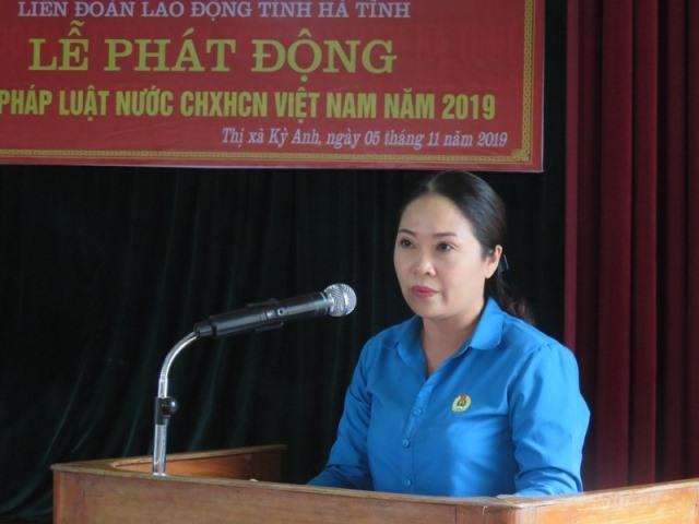Đồng chí Lê Thị Hải Yến - Phó chủ tịch LĐLĐ tỉnh Hà Tĩnh phát động ngày Pháp luật Việt Nam