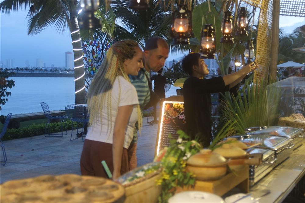 Xây dựng phố ẩm thực đêm đa dạng, ấn tượng và quy mô vừa là nhu cầu vừa là sản phẩm du lịch sẽ tạo sức bật cho kinh tế du lịch đêm Khánh Hòa phát triển. Ảnh: P.L