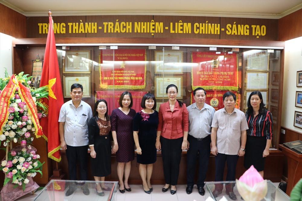 Các đồng chí đoàn khảo sát thăm quan tại phòng truyền thống Công đoàn Viên chức Việt Nam.