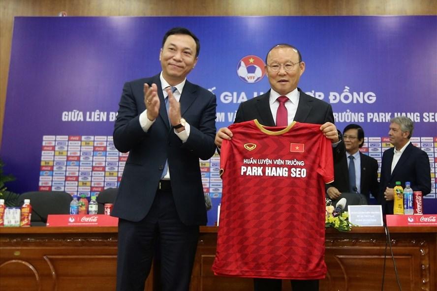 Phó chủ tịch VFF Trần Quốc Tuấn trao áo thi đấu cho ông Park. Ảnh: Hải Đăng