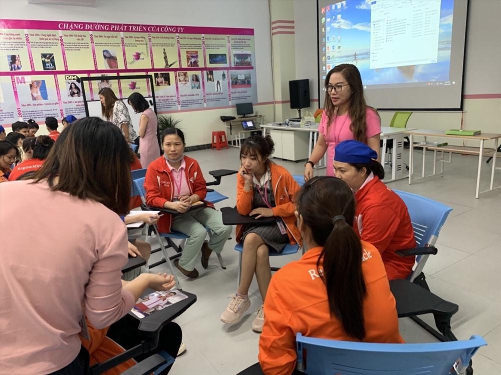 Các học viên thảo luận, trao đổi cách xử lý tình huống cụ thể về quấy rối tình dục. Ảnh CTV