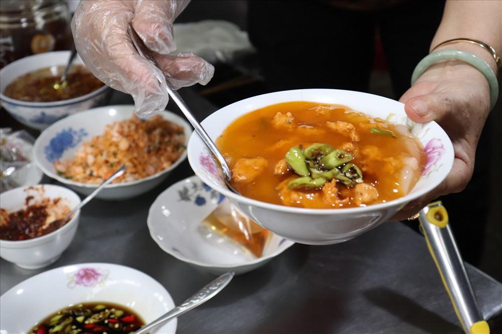 Khi ăn, trộn lẫn các thứ lại với nhau, thêm chút nước mắm ớt cao sản thì ngon đúng điệu.