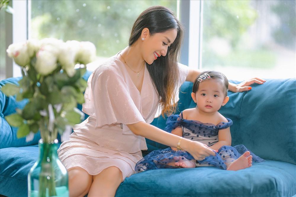 Tuy nhiên, Khánh Thi cho biết, để có được hạnh phúc hiện tại cô và ông xã kém tuổi đã phải nỗ lực rất nhiều.