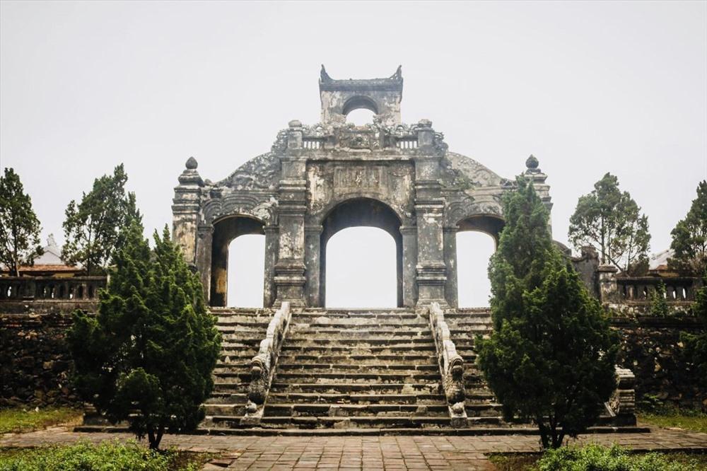 Ngay chính giữa cổng vào là  Đại Thành Điện đây là công trình kiến trúc mang yếu tố quan trọng của toàn bộ Văn Miếu.  Đại Thành Điện  được xây dựng dựa trên lối trùng thiềm điệp ốc truyền thống của Huế, hai bên trước  Đại Thành Điện là Đông vu và Tây vu, hai ngôi thờ thất nhập nhị hiền và các tiền nho.