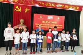 Hà Nam: Trao học bổng cho con công nhân lao động khó khăn
