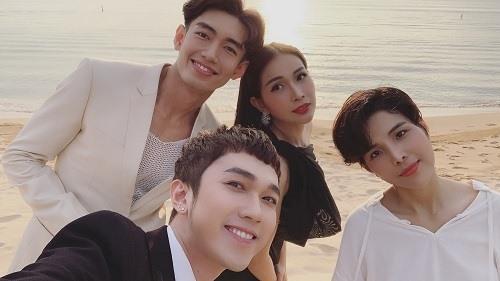 Các sao Việt tranh thủ chụp bức ảnh kỉ niệm trước giờ cử hành hôn lễ. FBNV