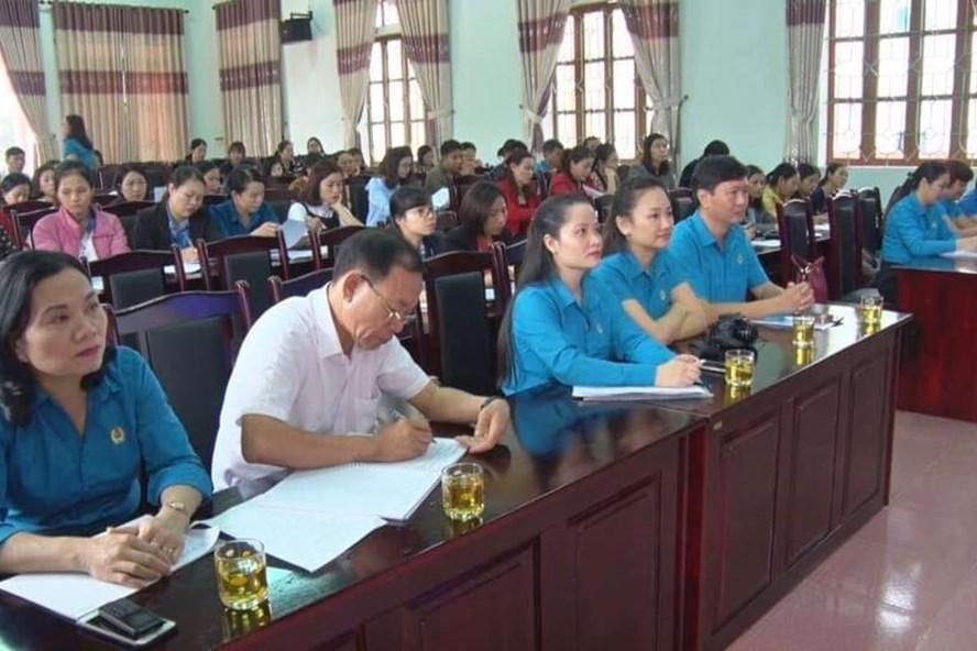 Các đại biểu cùng đông đảo nữ CNVCLĐ tham gia buổi tập huấn. Ảnh: CĐ