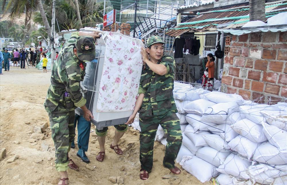 Tỉnh Bình Định huy động hơn 3.500 chiến sỹ thuộc các lực lượng vũ trang đến giúp người dân chằng chống nhà cửa, di dời...