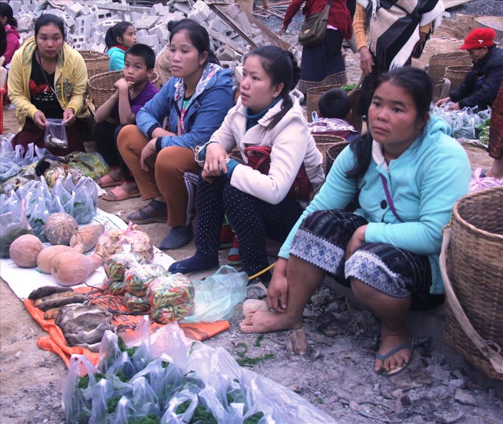 Nét đặc trưng nhất ở chợ Na Mèo chính là các sản vật địa phương được nhân dân Lào-Việt mang đến chợ để trao đổi, bày bán như: chuột rừng phơi khô, chuột rừng nướng, nhím, dúi, cá suối nướng, vải thổ cẩm, đồ thủ công mỹ nghệ, chiếu, dưa chuột Lào, măng rừng, rau, cơm nắm, thịt bò... (của người Lào) và các mặt hàng gia dụng, giày dép, quần áo, xà phòng, cá biển, cơm nếp... (của người Việt). Ảnh: NT