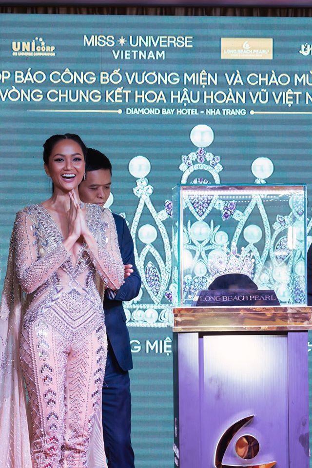 Hoa hậu H'Hen Niê trầm trồ khi thấy cận cảnh chiếc vương miện. Ảnh: MUVN.