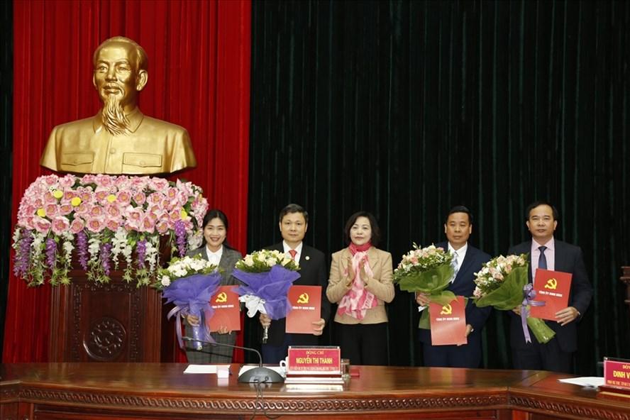 Bà Nguyễn Thị Thanh, Bí thư Tỉnh ủy Ninh Bình trao Quyết định của Ban Bí thư Trung ương chỉ định các đồng chí tham gia BCH Đảng bộ tỉnh Ninh Bình, nhiệm kỳ 2015-2020. Ảnh: NT
