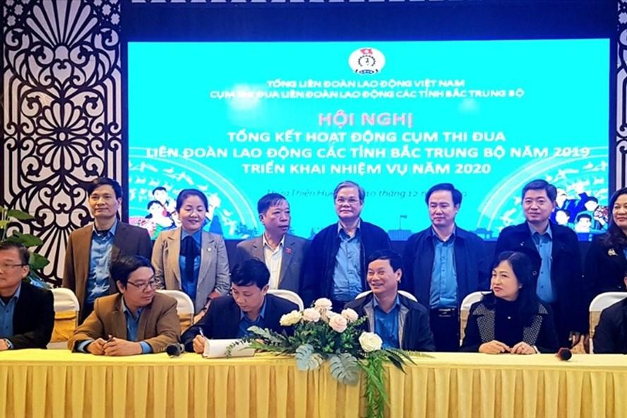 LĐLĐ 6 tỉnh Bắc Trung Bộ kí kết quy ước thi đua năm 2020. Ảnh: PĐ.