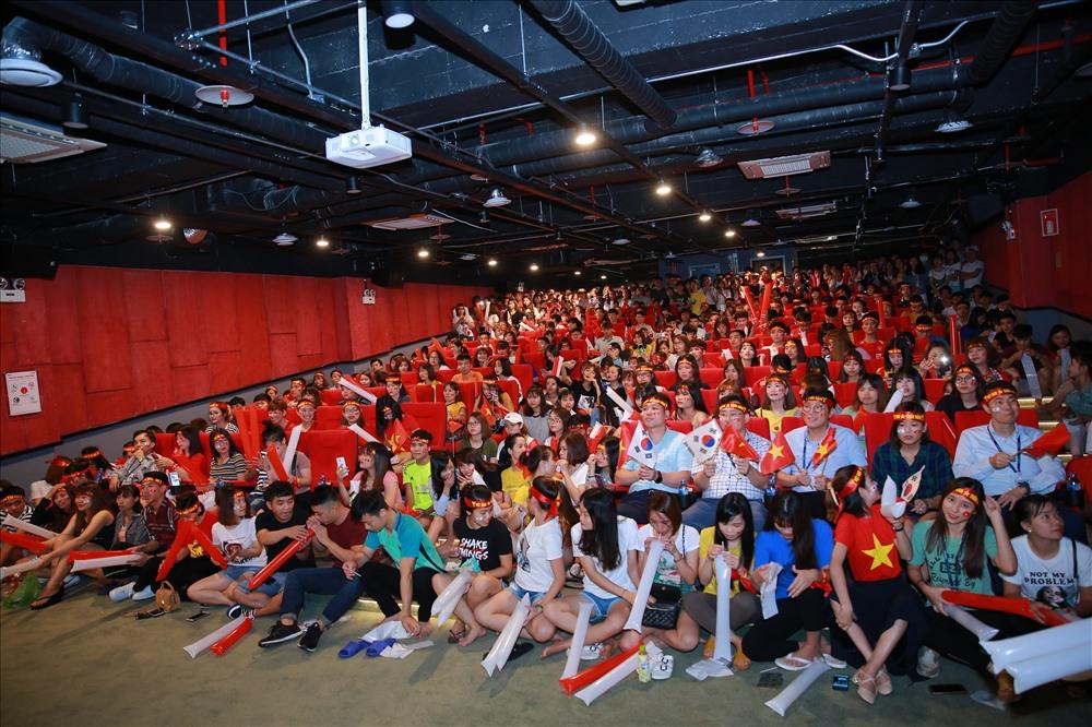 Những trận đấu có các đội bóng của Việt Nam thi đấu đều thu hút rất đông nhân viên và lãnh đạo Cty Samsung. Ảnh: H.A