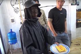 """Clip """"giải mã"""" nhóm người ăn xin mặt đen ở Hà Nội là... dàn dựng"""