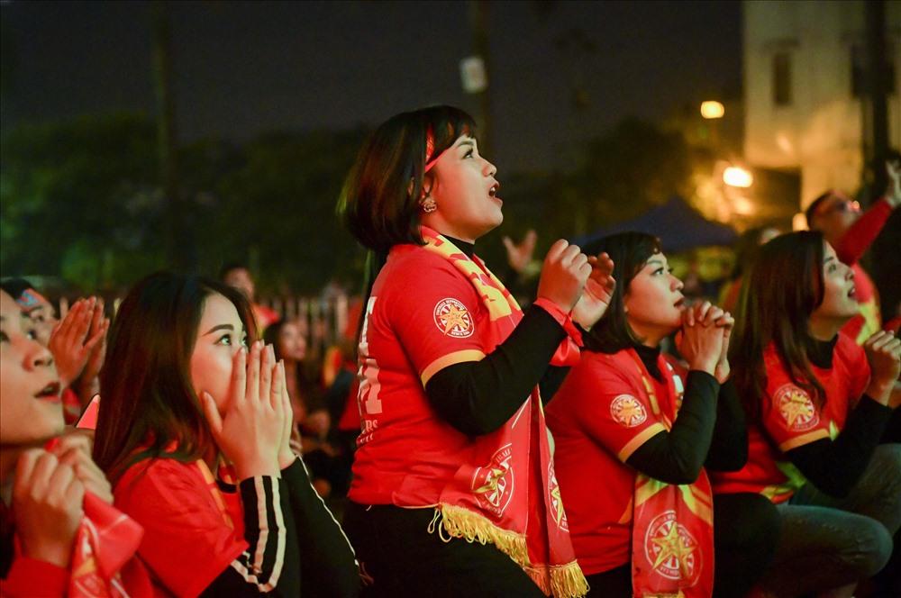 Khoảnh khắc người hâm mộ nín thở dõi theo từng bước chân của các chàng trai đội tuyển Việt Nam trên sân cỏ. Ảnh: Sơn Tùng.