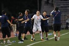 """Quang Hải cười thích thú khi """"suýt"""" được vào sân ở chung kết SEA Games 30"""