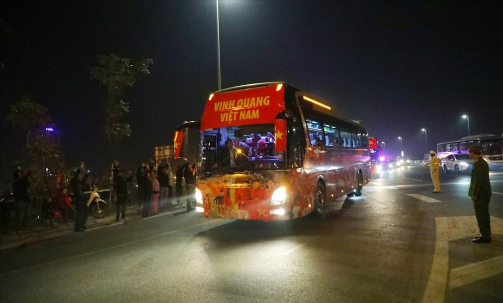Đoàn xe nhanh chóng di chuyển đến dự tiệc chiêu đãi của Thủ tướng Chính phủ Nguyễn Xuân Phúc.