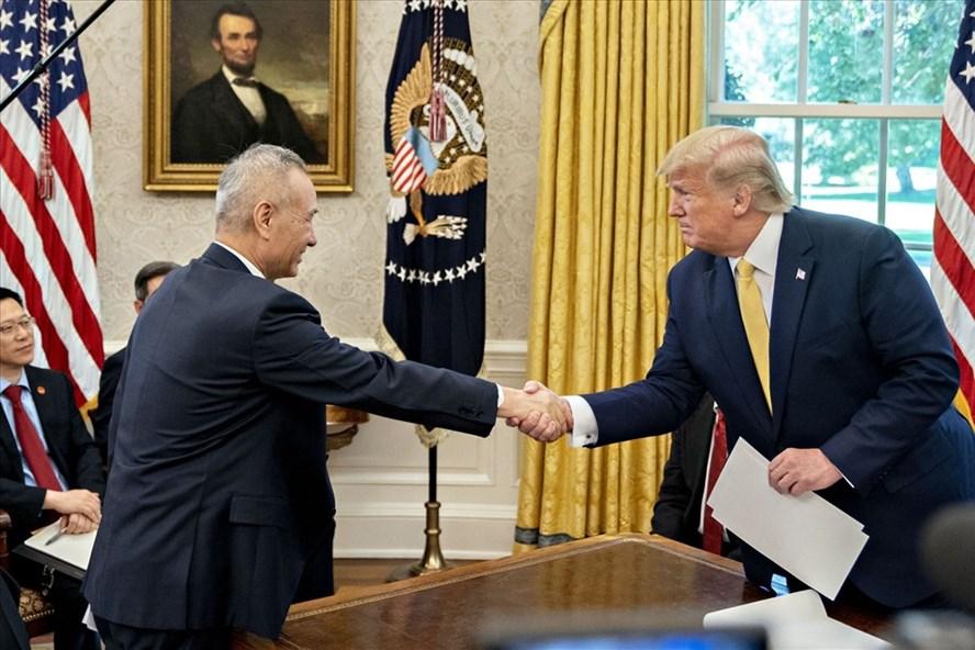 Tổng thống Mỹ Donald Trump tiếp Phó Thủ tướng Trung Quốc Lưu Hạc tại Nhà Trắng hôm 11.10. Ảnh: Bloomberg