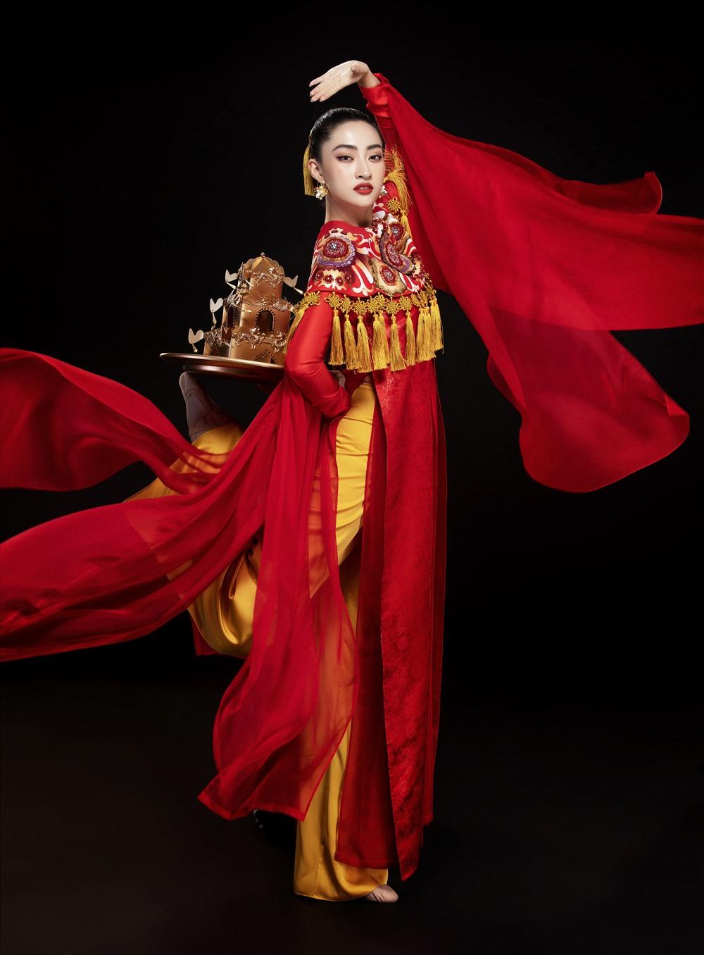 Bên cạnh bài múa được chuẩn bị kỹ càng, Hoa hậu Lương Thuỳ Linh còn lựa chọn bộ trang phục đặc sắc mang đậm dấu ấn văn hoá Việt Nam nhằm mang lại màn trình diễn ấn tượng với bạn bè quốc tế. Ảnh: Lê Thiện Viễn.