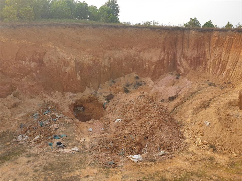 Cũng trong ngày 13.12, Chủ tịch UBND TP Hà Nội Nguyễn Đức Chung đã có văn bản giao Công an thành phố chỉ đạo Cảnh sát môi trường phối hợp với UBND huyện Sóc Sơn và các đơn vị có liên quan kiểm tra, xác minh, làm rõ và xử lý nghiêm vụ chôn trộm vụ chất thải nguy hại ở Sóc Sơn.