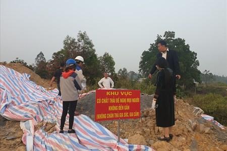 Tận thấy những hố sâu hun hút chứa chất thải lạ, bốc mùi nồng nặc ở Hà Nội