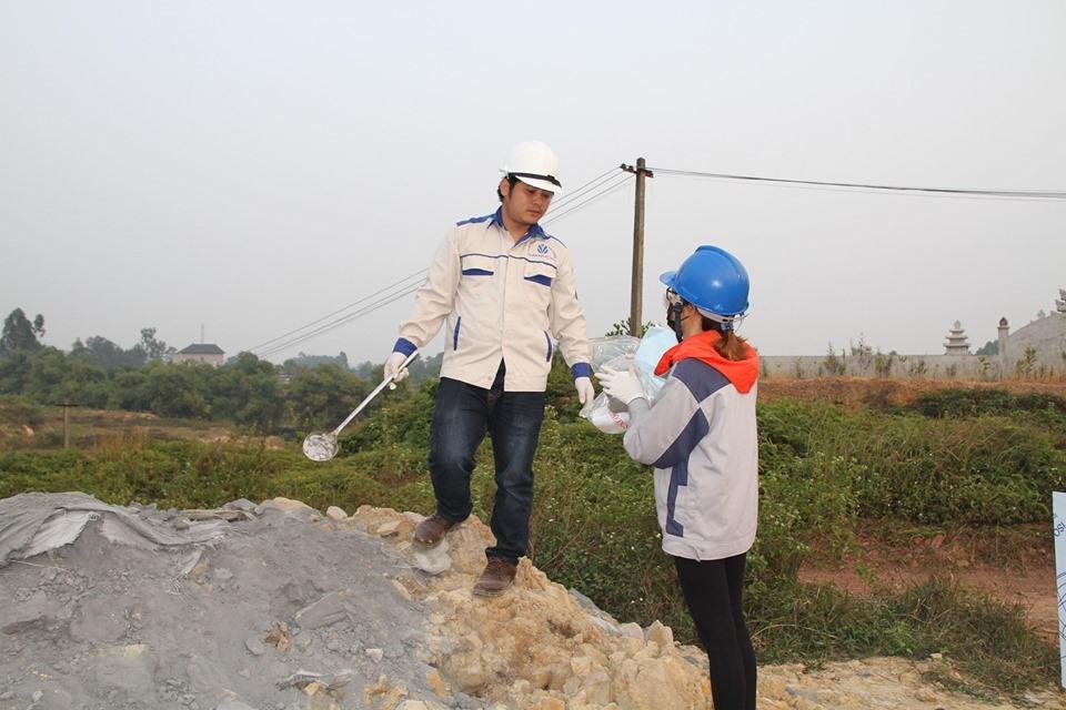 Các đơn vị chức năng sẽ lấy mẫu dựa trên màu của các chất thải tại các hố chôn để lấy kết quả tốt nhất.