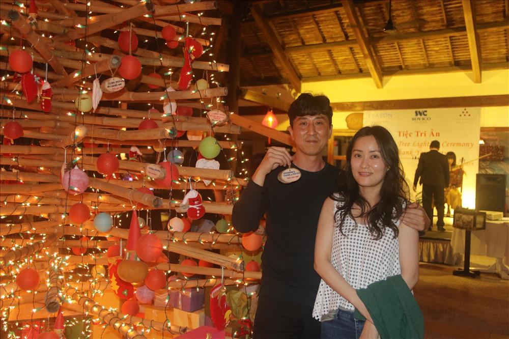 Bất ngờ với chương trình ý nghĩa 2 du khách đến từ Hàn Quốc rất vui khi chọn được một điều ước gửi đến các em trong dịp giáng sinh.Ảnh; P.Linh