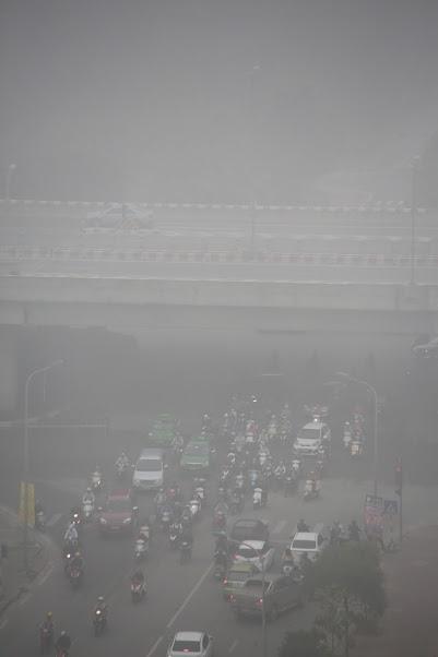 Từ sáng đến trưa 14.12, thủ đô Hà Nội xuất hiện sương mù dày đặc.