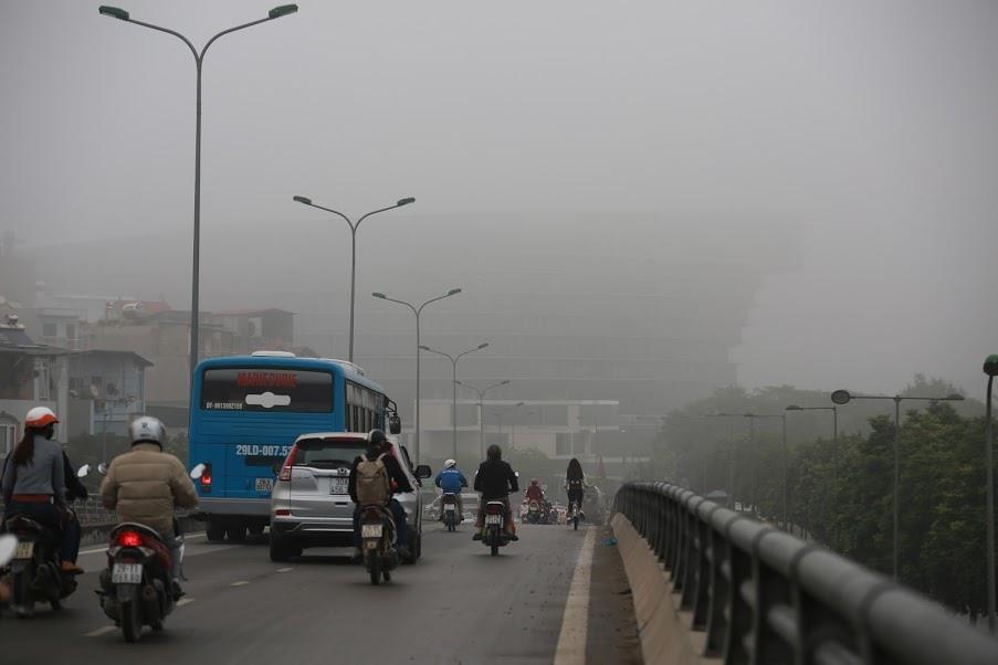 Ghi nhận của phóng viên Lao Động, hi nhận tại khu vực phía Tây nam Hà Nội, hầu hết các tòa nhà cao tầng đều bị sương mù bao phủ. Các tuyến đường cũng bị ảnh hưởng rất nhiều, khi tầm nhìn của người tham gia giao thông bị hạn c