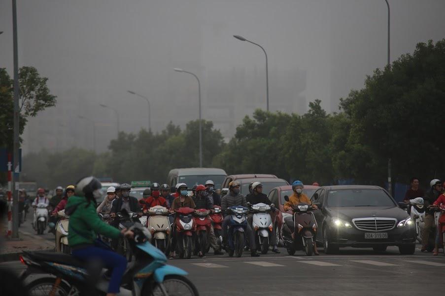 Giữa trưa, người tham gia giao thông phải bật đèn xe để di chuyển.