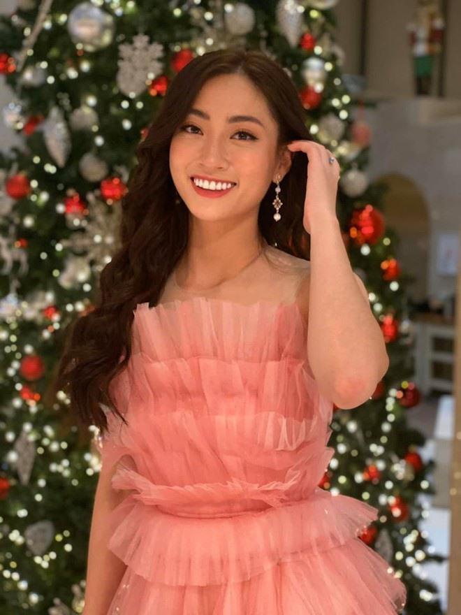Chỉ vỏn vẹn 3 tháng chuẩn bị để đi thi Miss World 2019 nhưng Lương Thùy Linh vẫn đạt những kết quả khá tốt tại đấu trường nhan sắc lớn nhất thế giới. Mặc dù có mặt muộn hơn so với các thí sinh khác nhưng đại diện Việt Nam đã khéo léo lựa chọn chiếc váy hồng để gây ấn tượng trong lần đầu tiên xuất hiện. Ảnh: FBNV.